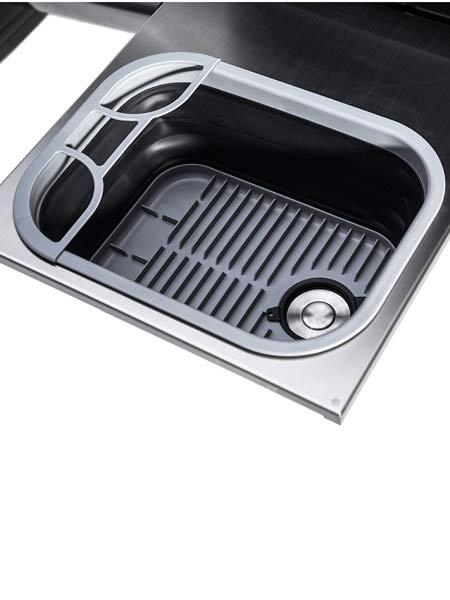 Detailbil der faltbaren Spüle in der mobilen ARB Küche in der Schublade