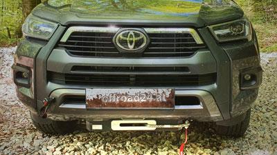Toyota Hilux mit Seilwinde und Unterfahrschutz, umgebaut bei Taubenreuther Österreich